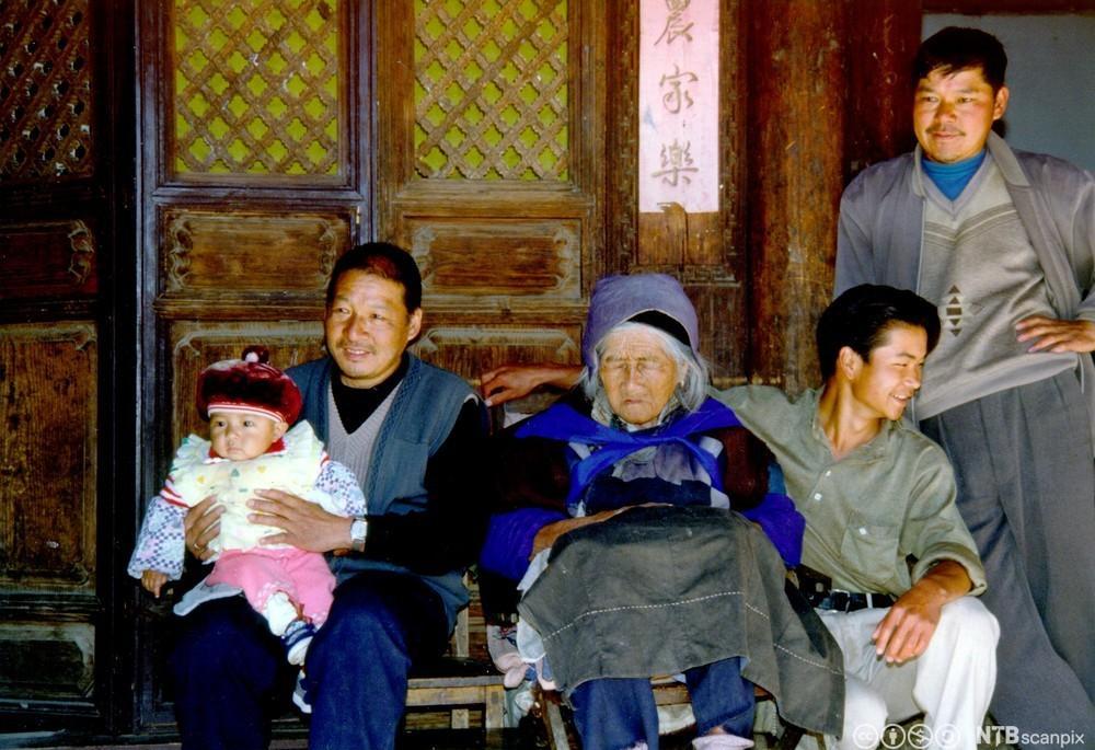 Familie med fire generasjoner i Kina. Foto.