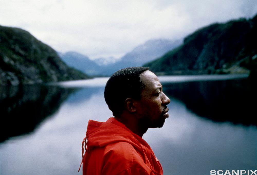 Mann foran et vann. Foto.