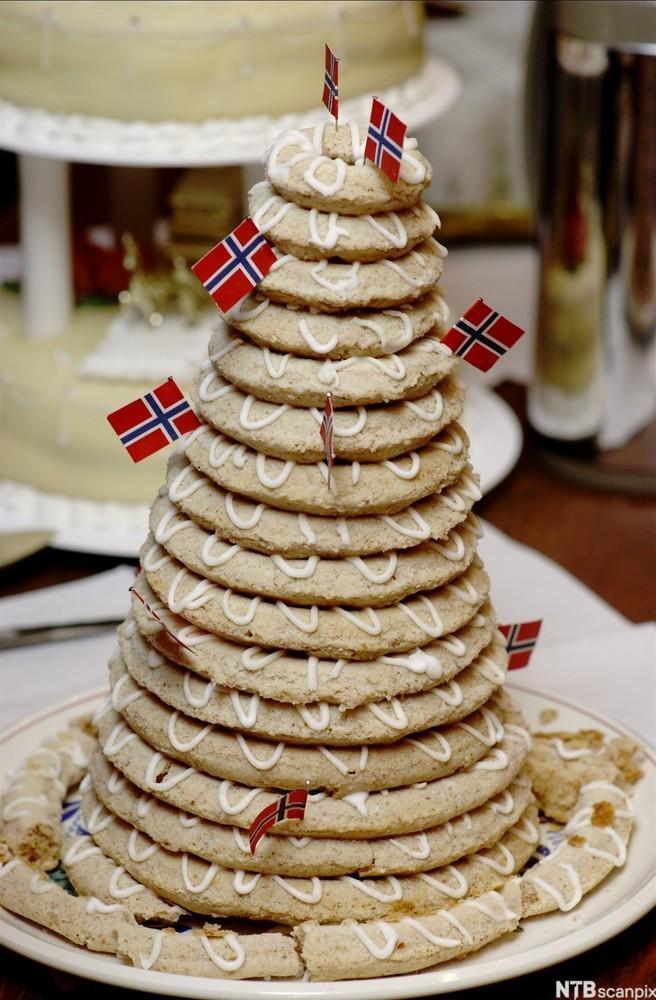 En kransekake pyntet med norske flagg. Foto.