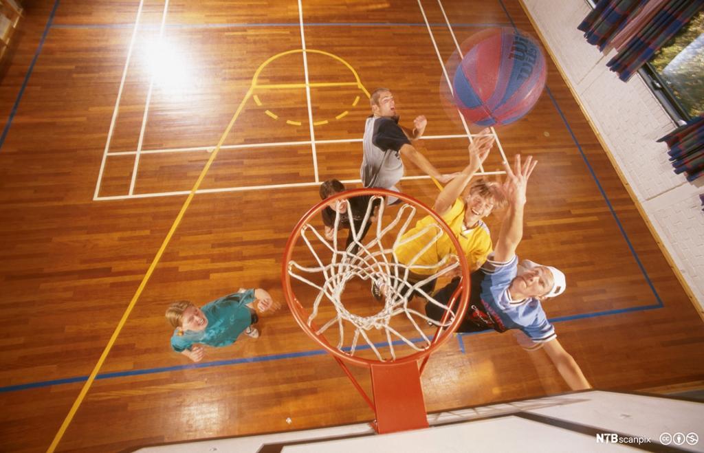 Ungdom spiller basketball. Foto.