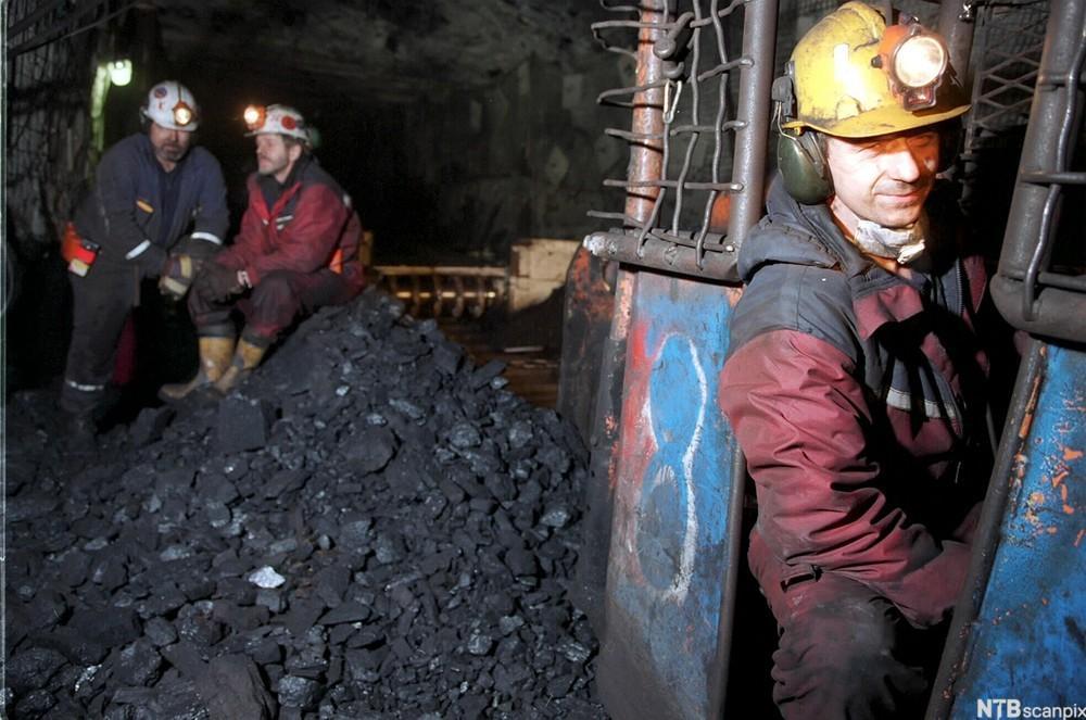 Arbeidsfolk i kullgruve. Foto.