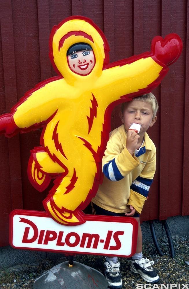 Bilde av en gutt som spiser is ved reklameskilt for Diplom-Is.