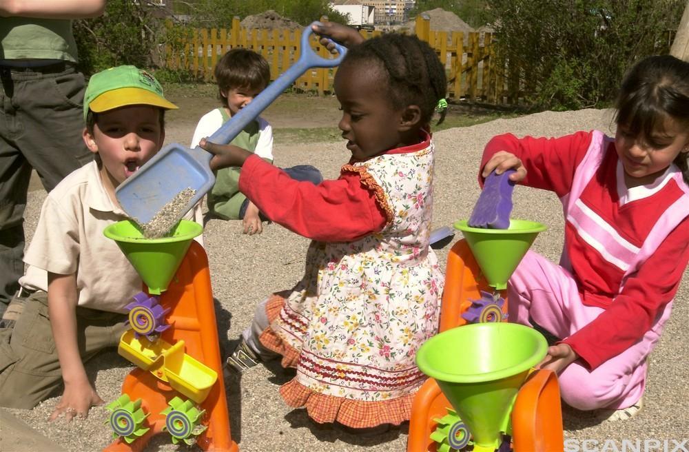 Barn leker. Bilder.