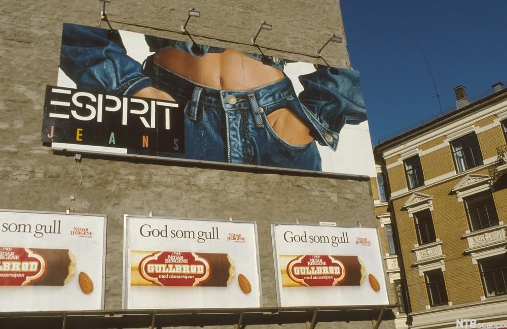 Reklameplakater for Gullbrød og Esprit. Foto.