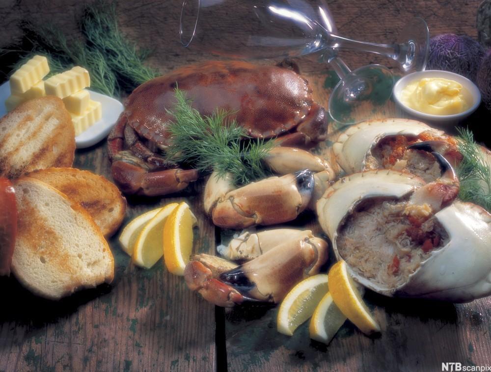 Kokt krabbe naturell. Anrettet med loff, smør, majones og sitron. Foto.
