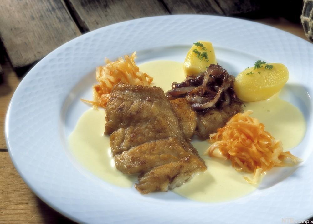 Seibiff med raspet kålrot og kokte poteter. Foto.