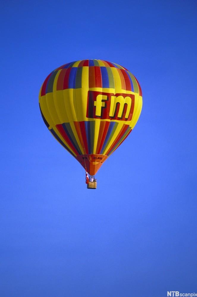 Bilde av en varmluftsballong med reklame.