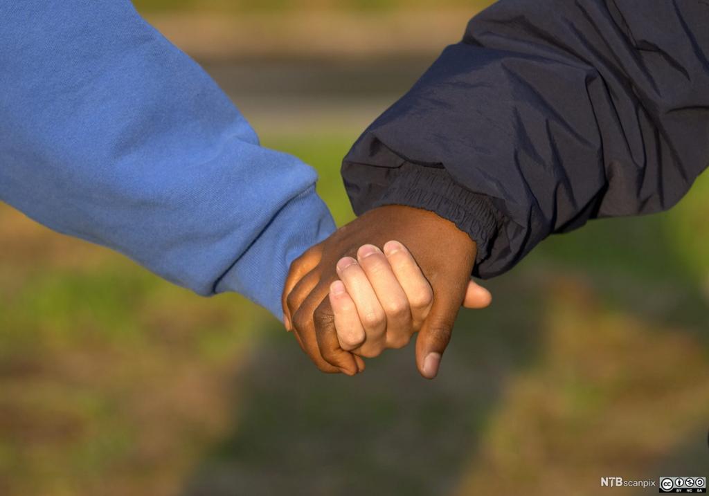 To som holder hender. Foto.