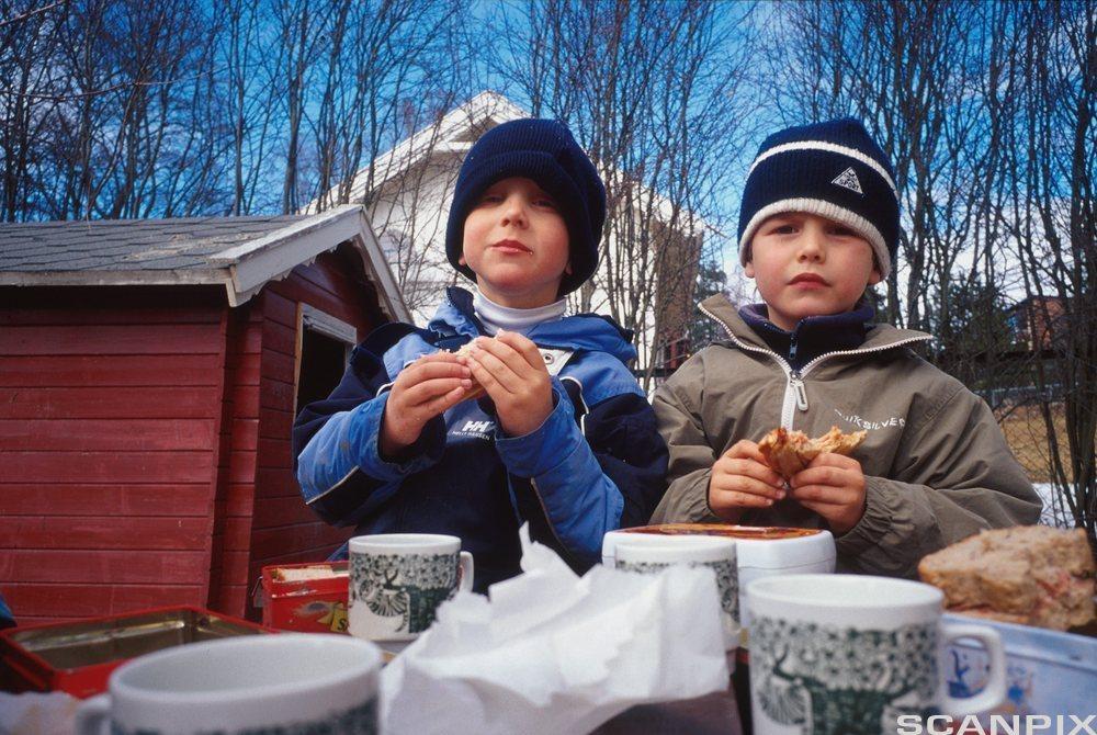 To gutter spiser mat i barnehagen. Foto.