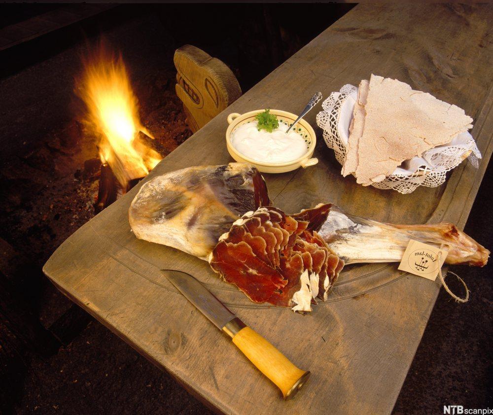 Bilde av fenalår tilberedet med rømme og flatbrød