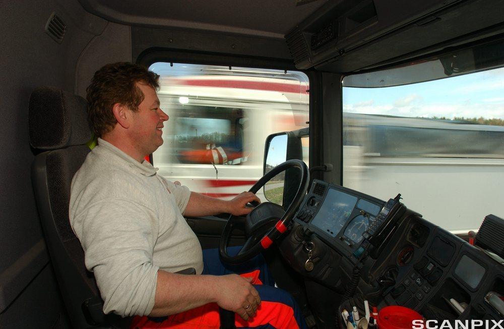 Sjåfør kjører vogntog. foto.