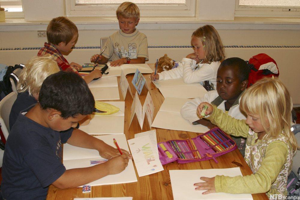 Gruppe med barn som tegner. Foto.