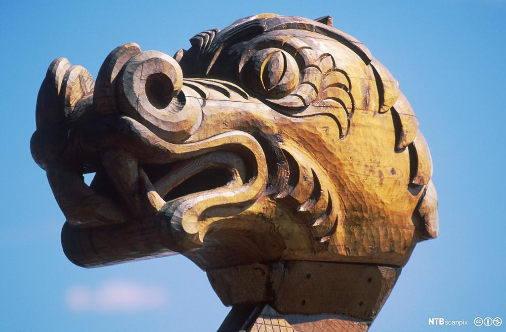 Dragehode i bauen på rekonstruert vikingskip. Foto.