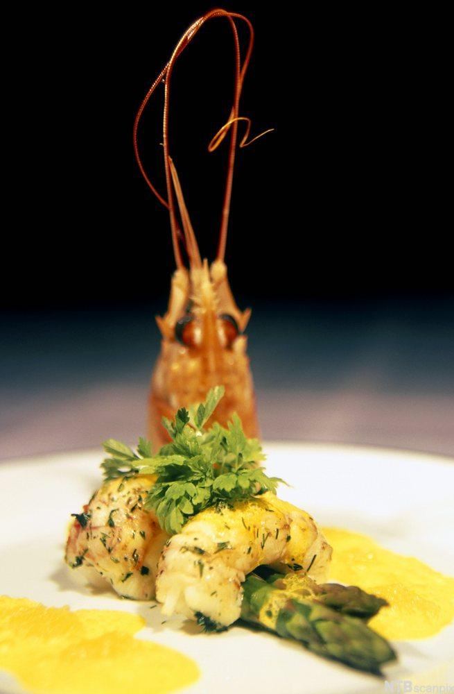 Matrett med sjøkreps og asparges. Foto.
