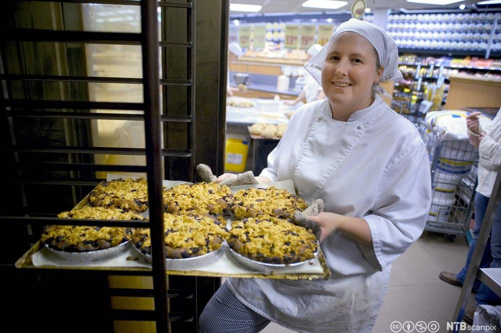 Nystekte glutenfrie kaker på vei ut av ovnen. Foto