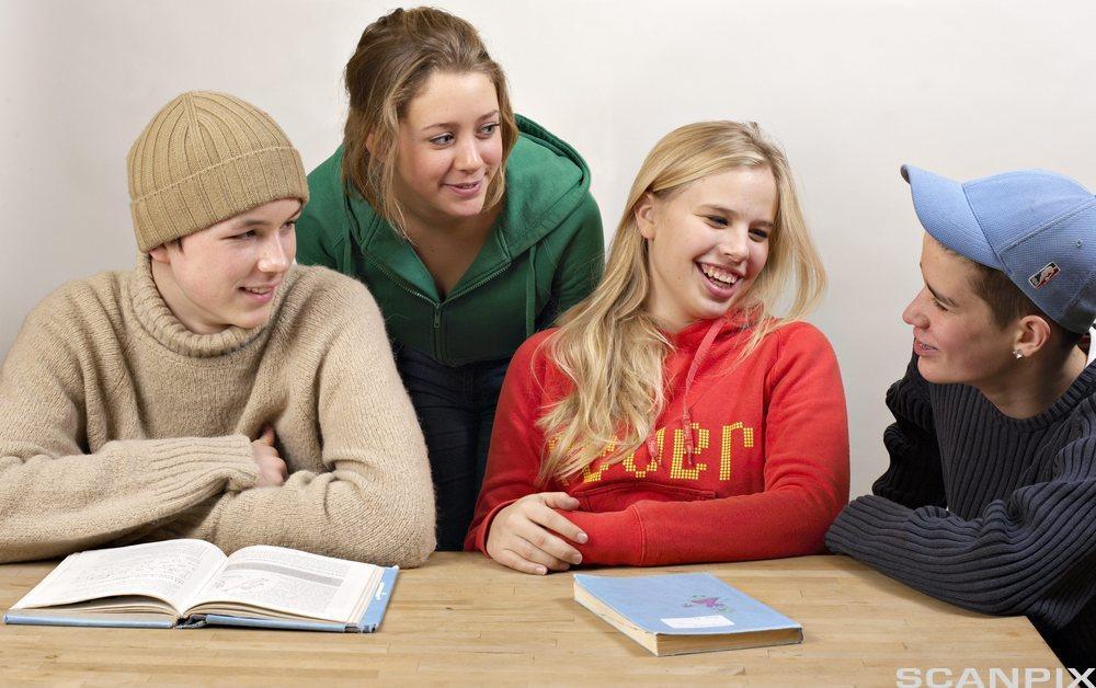 Ungdommer gjør gruppearbeid