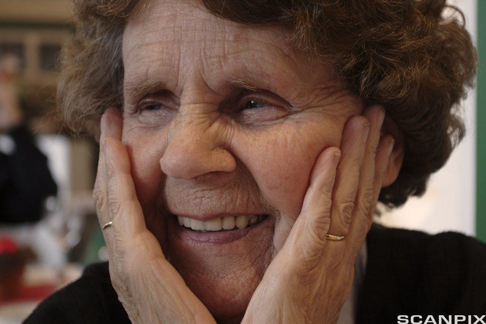 Bildet viser en eldre dame