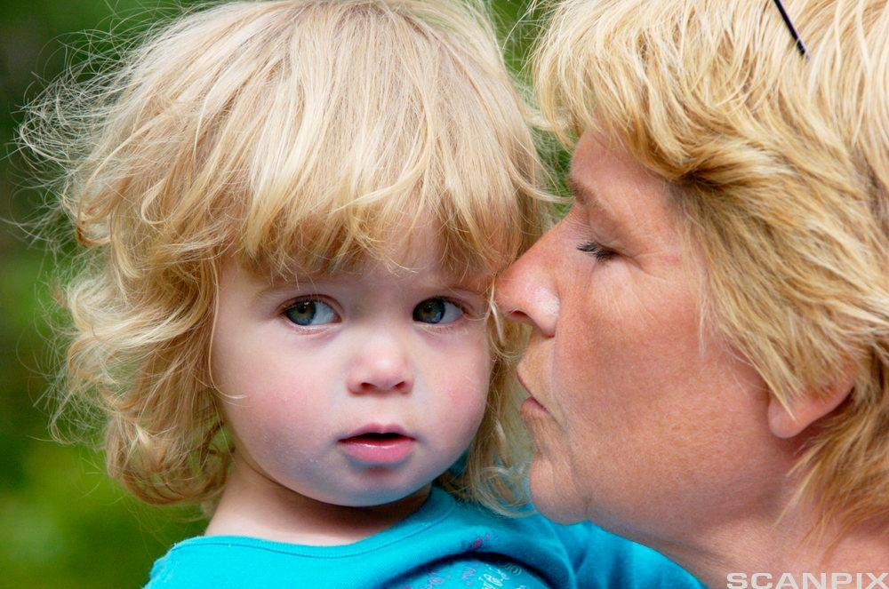 Mor som ser på et lite barn. Foto.
