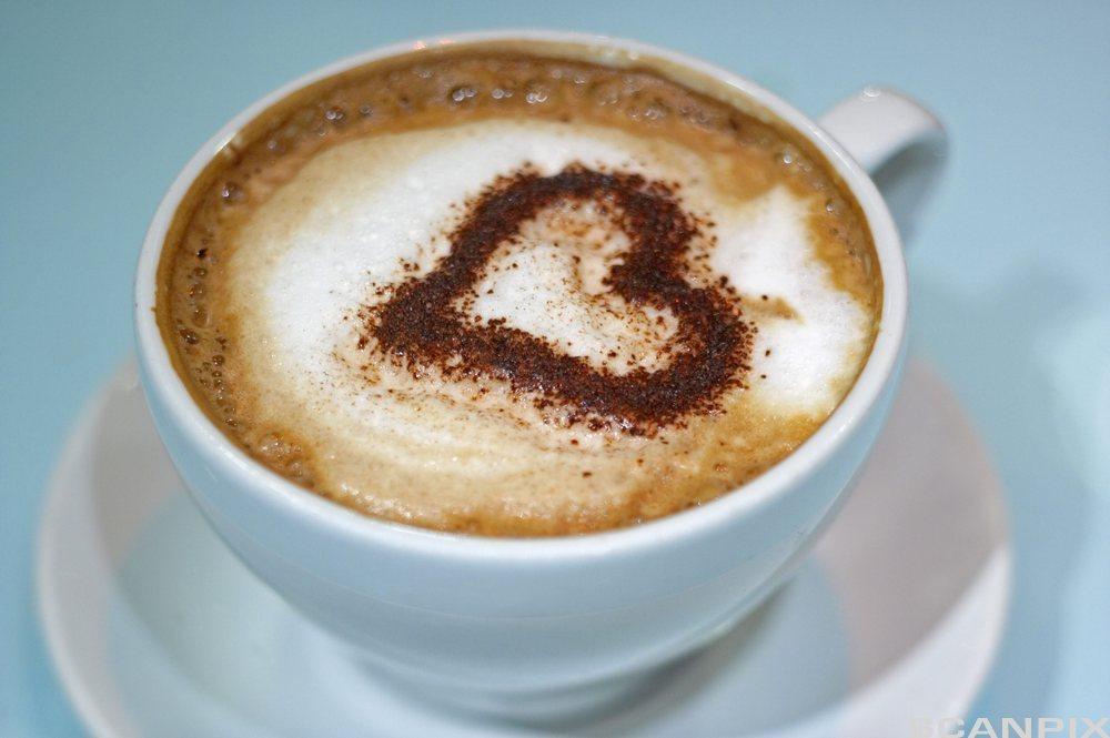 Ein kopp med kaffi. Foto.