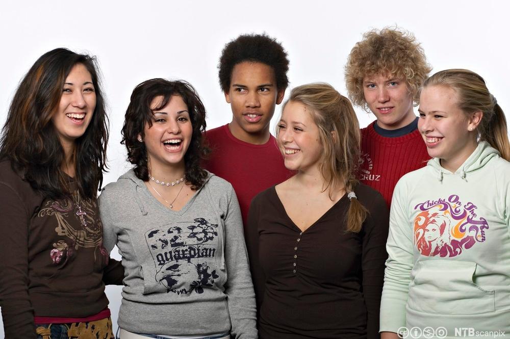 Seks ungdommer som ler