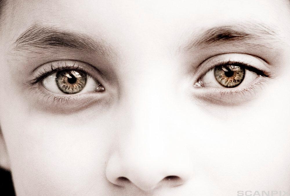 ansiktet til et barn som tenker.foto.