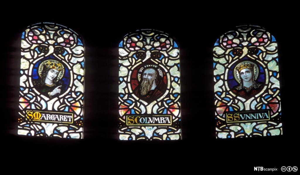 Glassmalerier som viser St. Margareth, St. Columba, St. Sunniva. Foto.