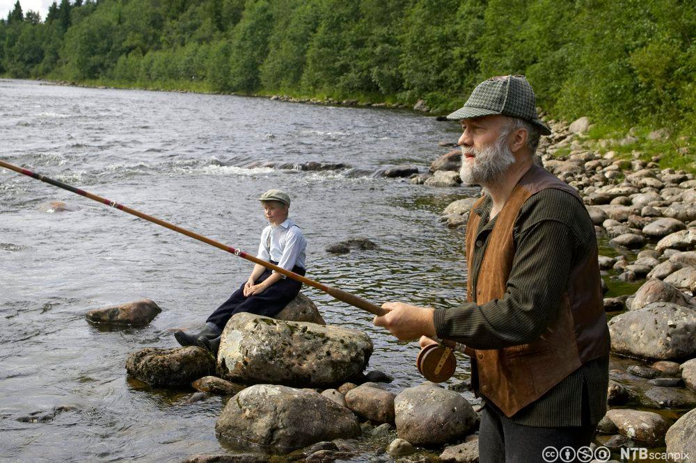Britisk lord på flugefiske i Varghølen, Orkla. Fastbuande gut ser på. Foto.