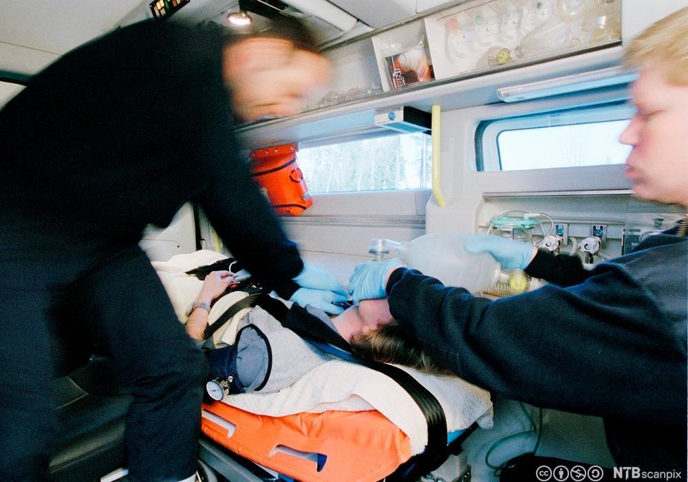 Pasient får behandling i ambulansen. Foto.