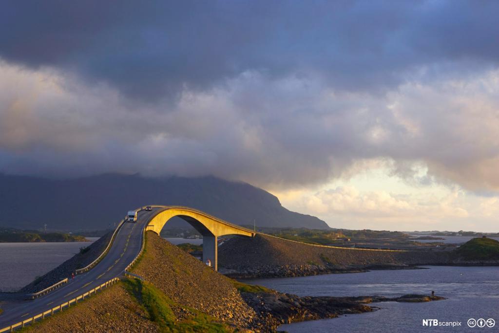 Atlanterhavsveien med broforbindelse mellom Averøy og Eide. Foto.