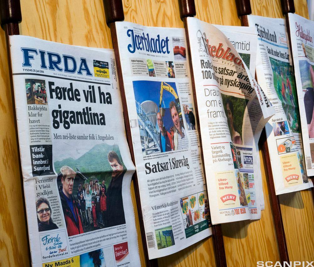 Forsiden til flere lokalaviser. Foto.