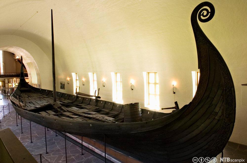 Osebergskipet på Vikingskipmuseet på Bygdøy. Foto.