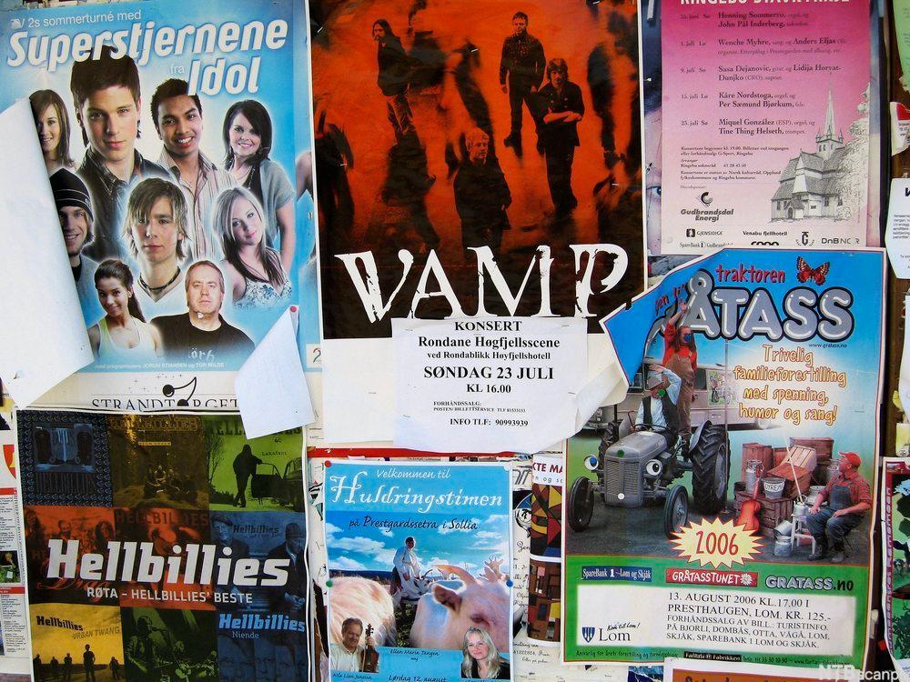 Bilde av en vegg med ulike reklameplakater for konserter og kulturarrangement.