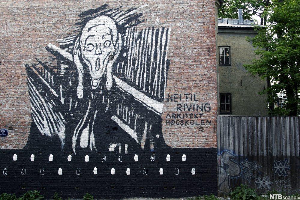 Skrik-motiv og tekst som protesterer mot riving på husvegg i Blitz-kvartalet