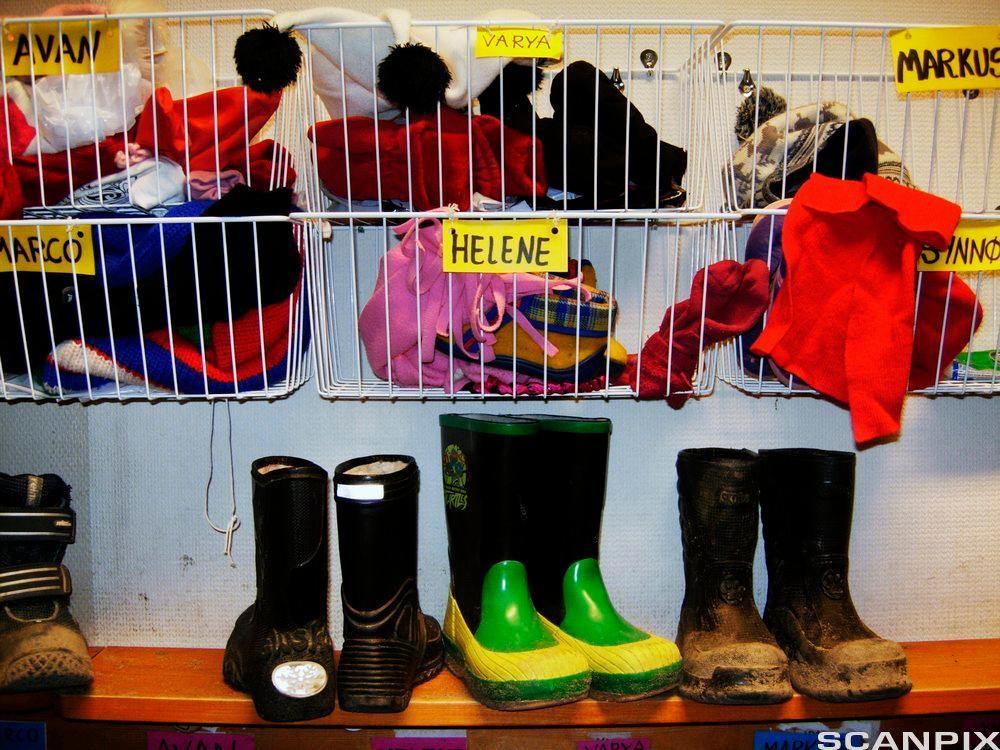 hylle med sko og barneklær. Foto