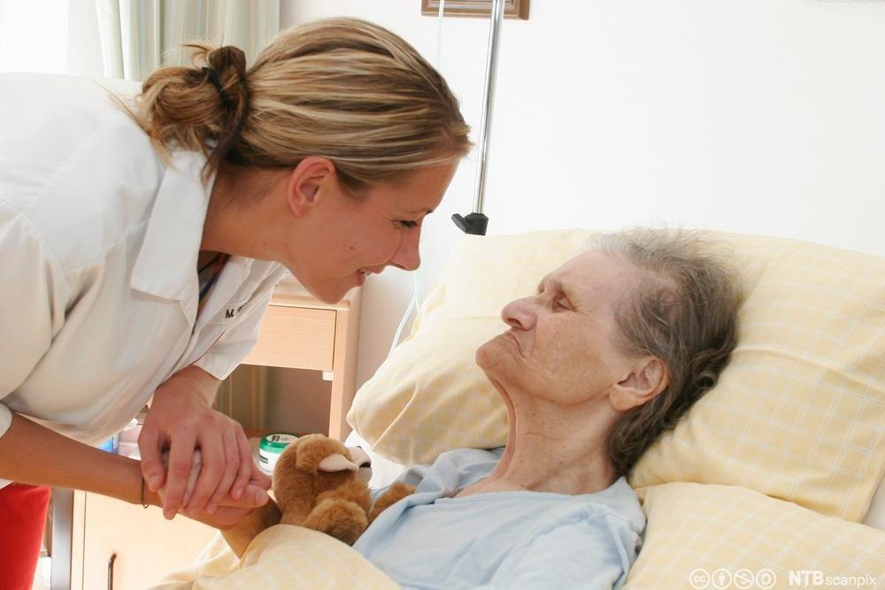 Alzheimerpasient på pleiehjem. Foto.
