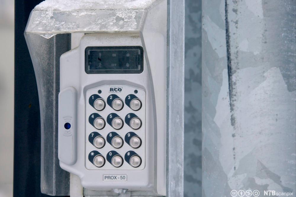 Bilde av porttelefon med display og knapper til inntasting av kode.