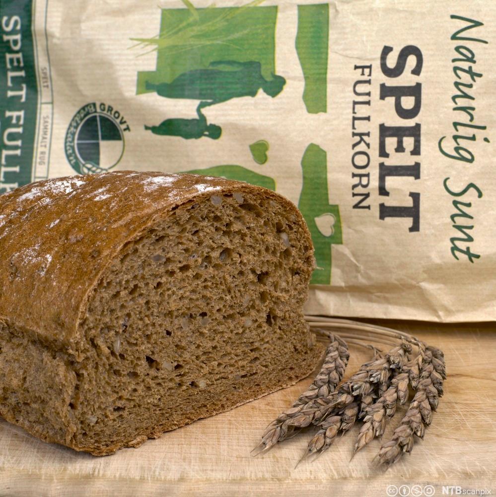 Spetbrød, aks og brødpose. Foto.