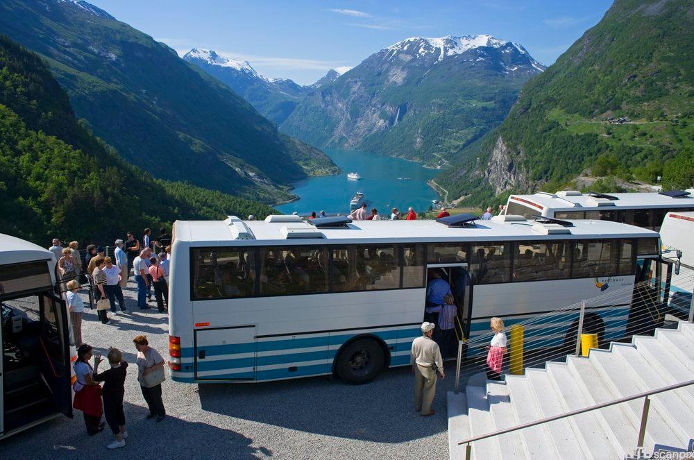 Turistbuss ved Geiranger. Foto.