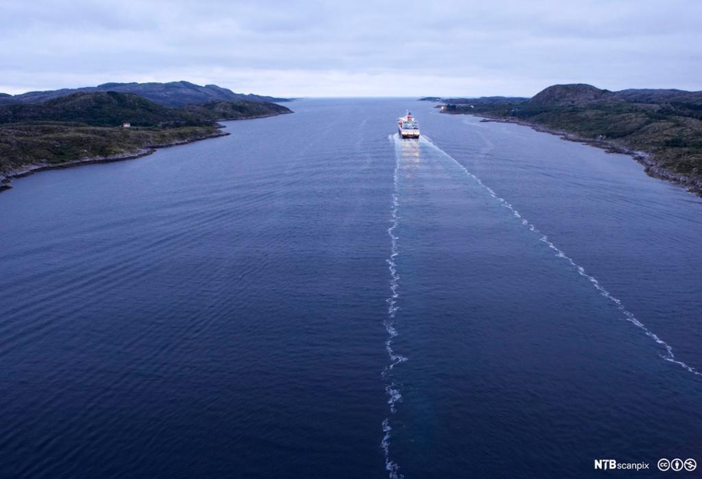 Hurtigruta på tur mot utløpet av Nærøysundet. Foto.