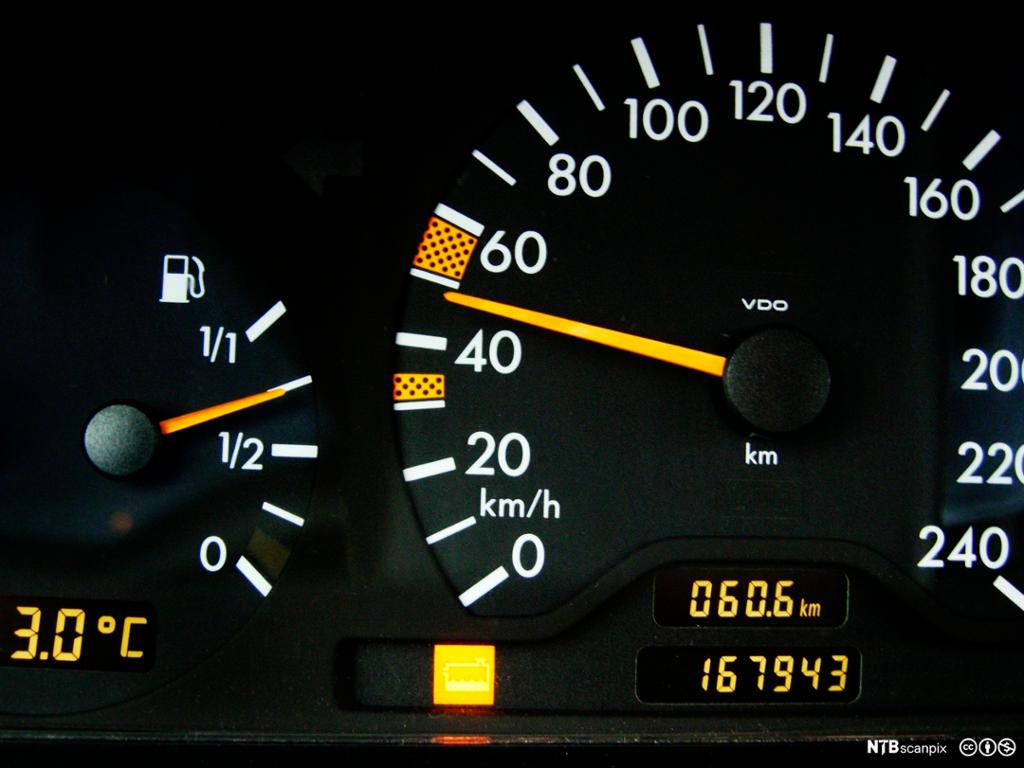 Speedometer og fart. Bilde.
