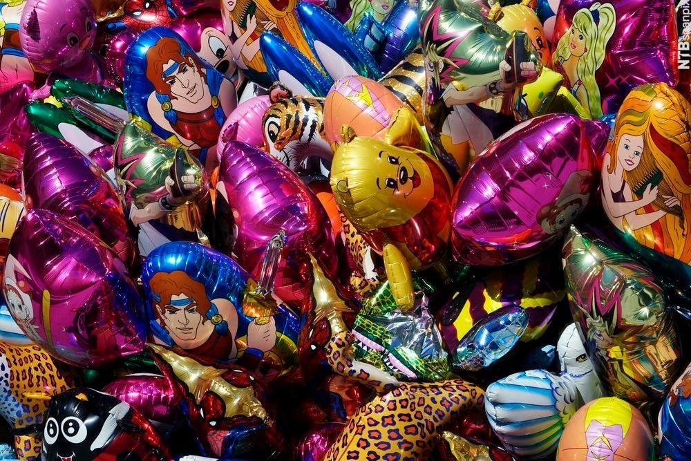 Ballonger fylt med helium. Forskjellige figurer. I salg på gata på 17. mai. Gatesalg. Helium. Oslo.