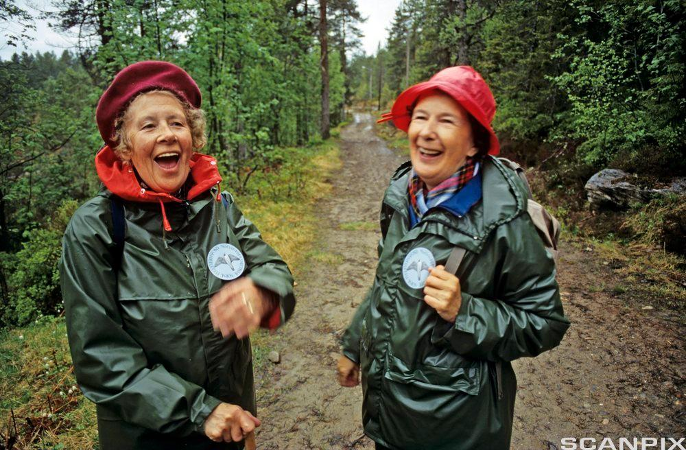 Bilde Eldre damer med regnfrakk og sydvest. Foto