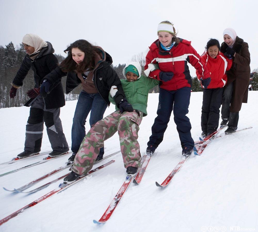 Innvandrerungdommer lærer å stå på ski. Foto.