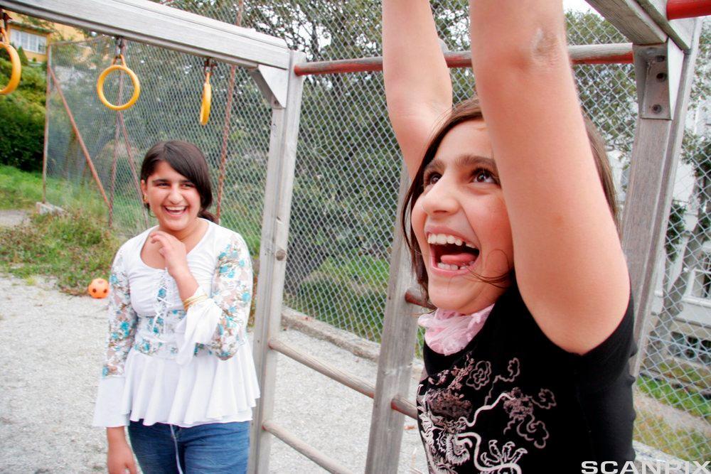 Jenter leker i ringer. Foto.