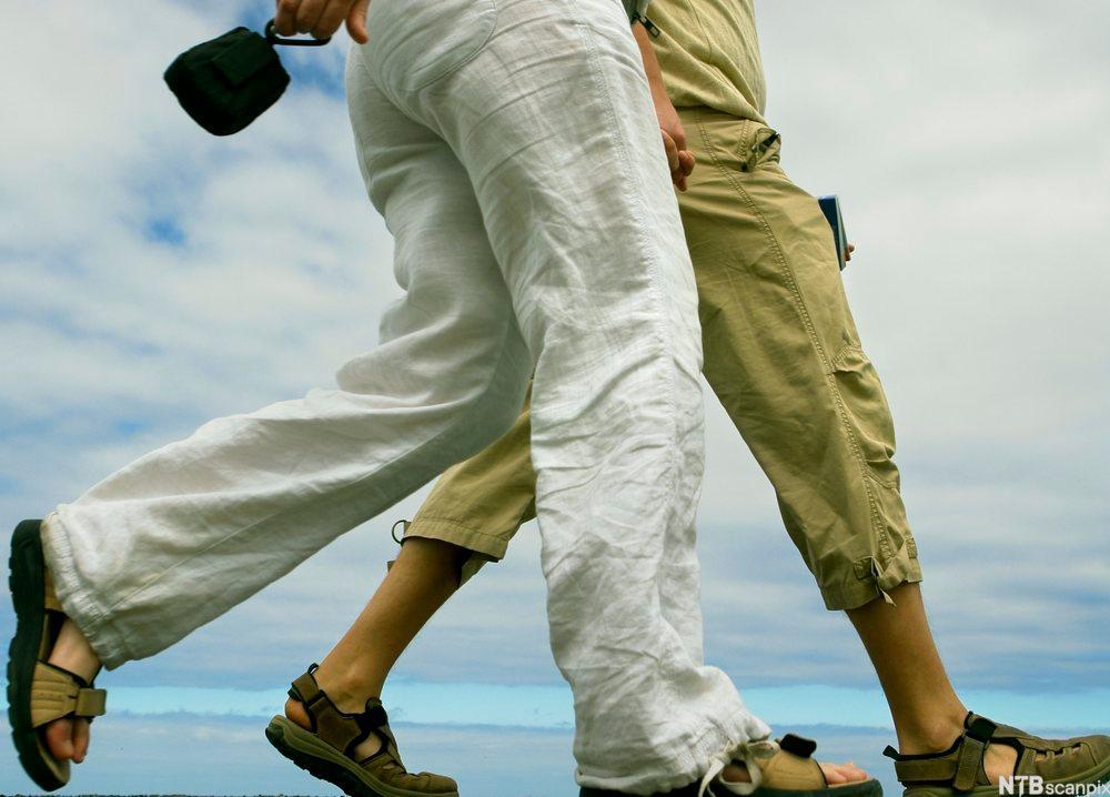 Bildet viser beina til to damer som går tur. Foto.