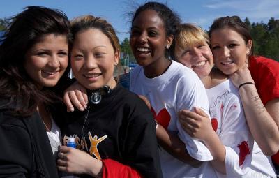 Fem unge, glade jenter med ulik etnisk bakgrunn. Foto.