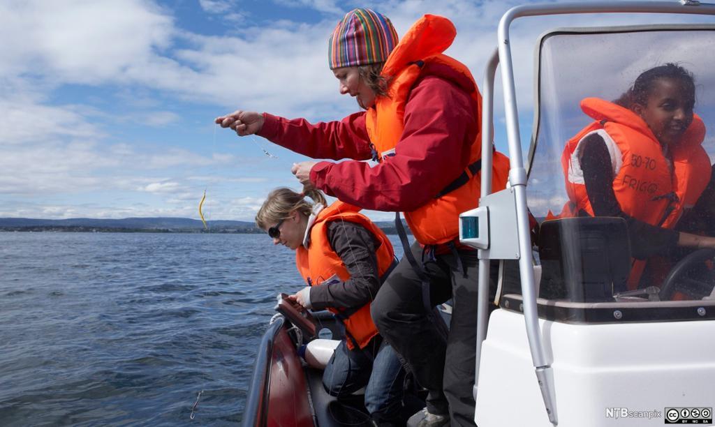 Ungdommer på fisketur i Oslofjorden. Foto.