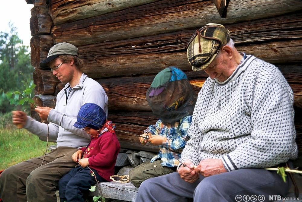 Tre generasjoner tvinner vidjespenning. Foto.