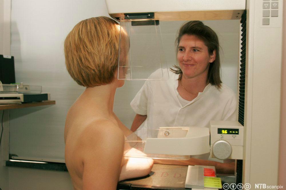 Kvinne gjøres klar til undersøkelse. Foto.