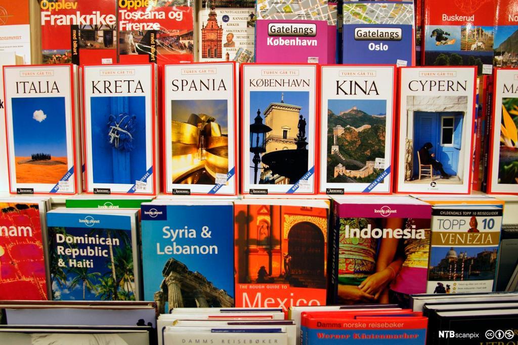 Utstilling av forskjellige reisehåndbøker. Foto.